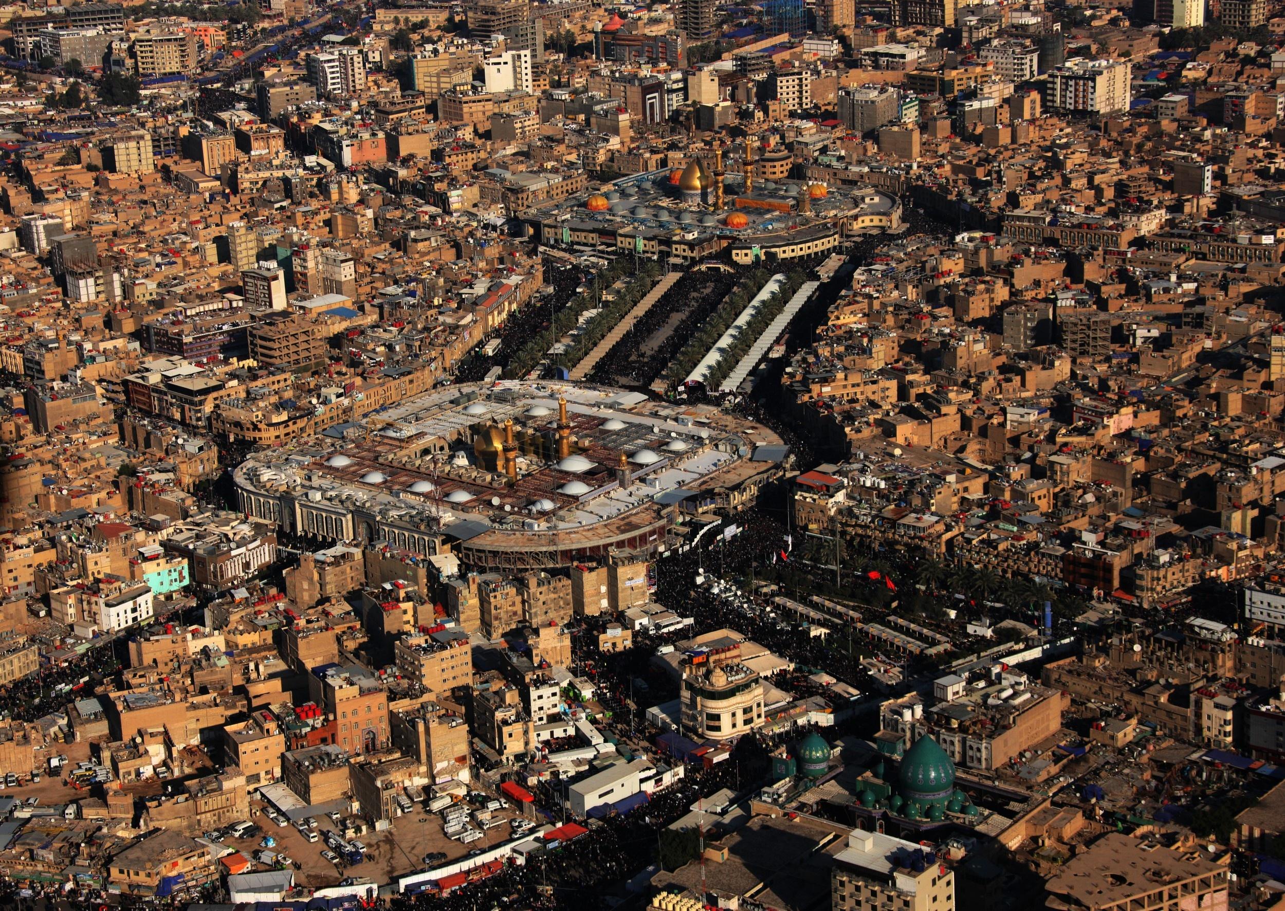 Santuario del Imam Hussain y Abalfadl Al-Abbas en Karbala y los peregrinos.jpg